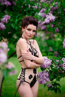 자연에 아름 다운 속옷에 소녀입니다.