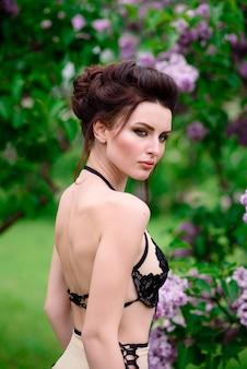 Девушка в красивом нижнем белье на природе.