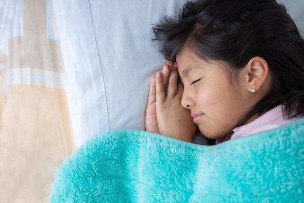 Девушка в постели счастливо отдыхает дома