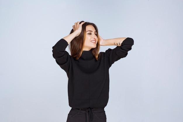 소셜 미디어 표지 사진에 대한 매력 포즈를주는 검은 셔츠에 소녀. 고품질 사진