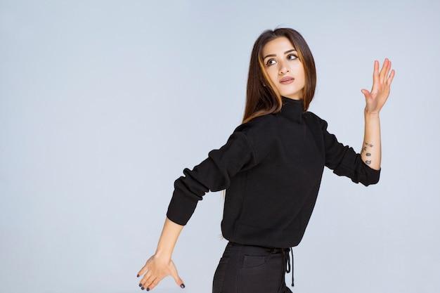 마라톤을 실행하는 검은 셔츠에 소녀입니다. 고품질 사진