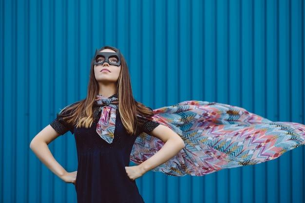 Девушка в черной маске супергероя