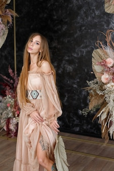 웨딩 아치 근처 boho 드레스 소녀