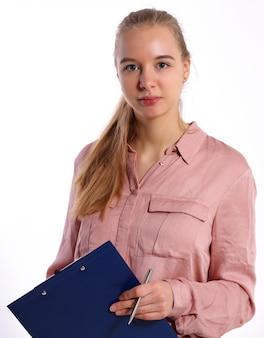 Девушка в деловой одежде держит папку и ручку
