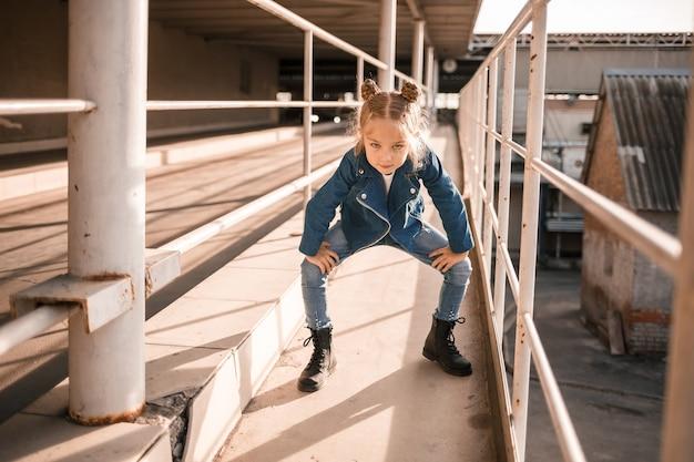 駐車場でヒップホップを踊るデニム服の女の子