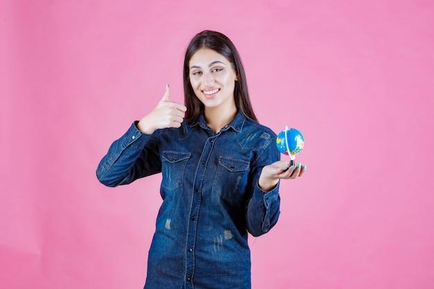좋은 손 기호를 만드는 데님 재킷에 소녀