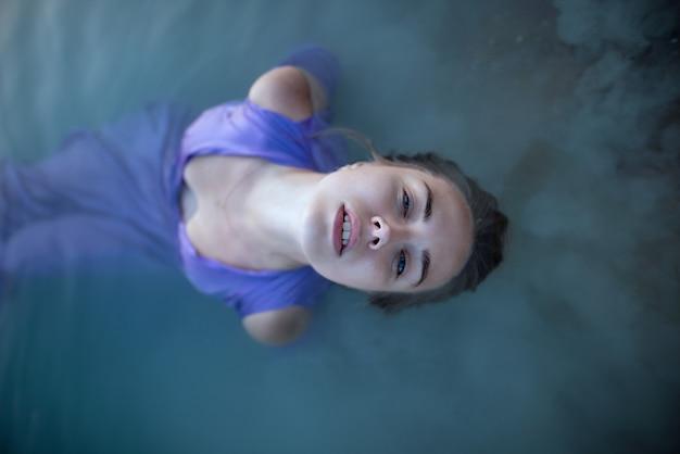ドレスの少女は湖で浴びる