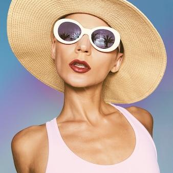 ファッショナブルなビーチアクセサリーの女の子。休暇の夏の雰囲気