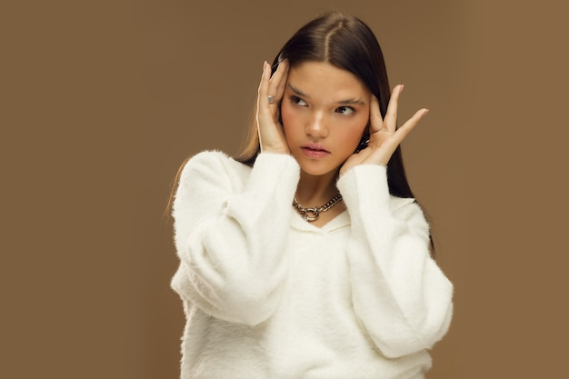 세련된 옷을 입은 소녀와 거대한 체인, 스튜디오 사진, 패션 및 스타일, 현대 여성 패션. 고품질 사진