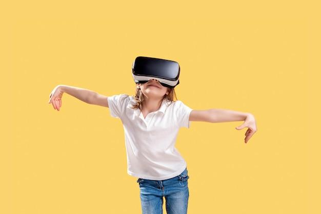 分離された興奮で手を出すvrメガネを着て正式な衣装の女の子。バーチャルリアリティにゲームガジェットを使用する子供。仮想技術