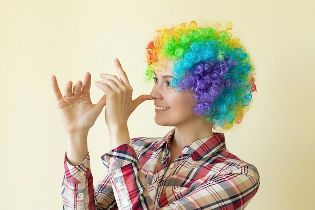 장난 꾸러기 재미있는 가발 소녀, 만우절 개념