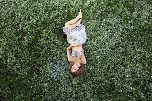 위에서 shooted 정원에서 소녀