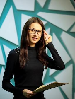 Девушка в очках с газетой