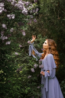 산책에 라일락 여름 근처 회색 드레스 소녀