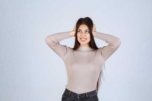 Девушка в серой рубашке дает манящие и соблазнительные позы.
