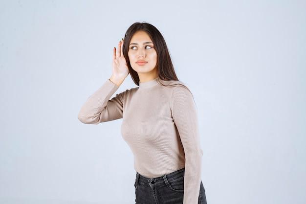 신중하게 듣고 회색 셔츠에 소녀입니다.