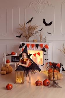 Девушка в костюме ведьмы на хэллоуин