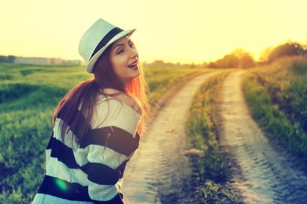 帽子ファッションフィールドサンセットの女の子
