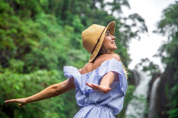 滝を見ている帽子の女の子