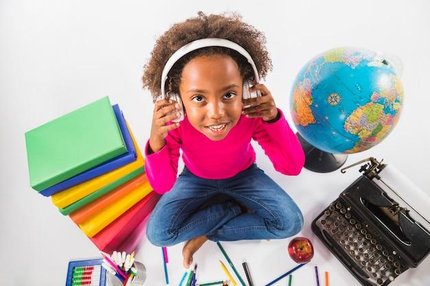 Девушка в наушниках с инструментами для изучения в студии