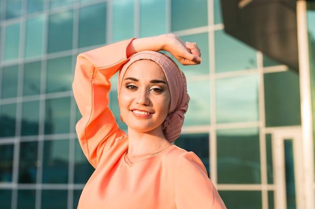 히잡을 쓴 소녀. 웃는 아름다운 이슬람 여성의 초상화