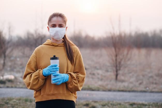 検疫中にマスクと青い手袋の女の子