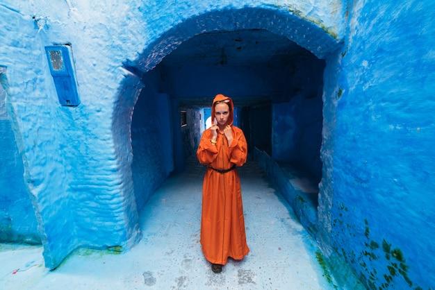 青い街でモロッコの服を着た女の子