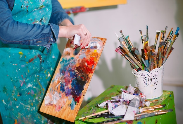 Девушка в живописной мастерской