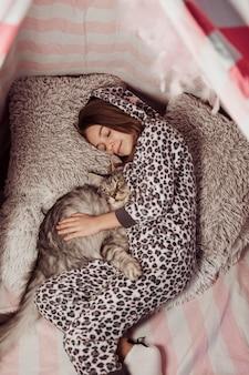 Девушка в пижаме и плоской кошке
