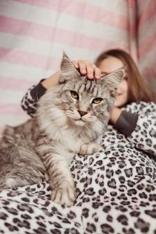 Девушка в пижаме и вид спереди кошки