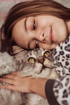 Девушка в пижаме и ее милый кот