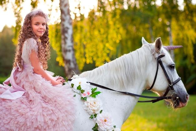Девушка в розовом платье с белой лошадью