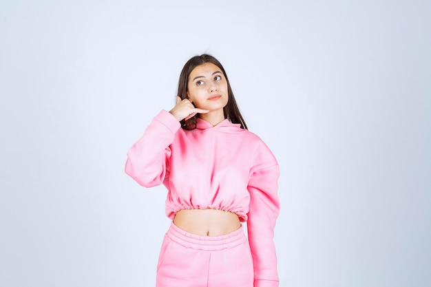 전화를 요청하는 분홍색 잠옷 소녀