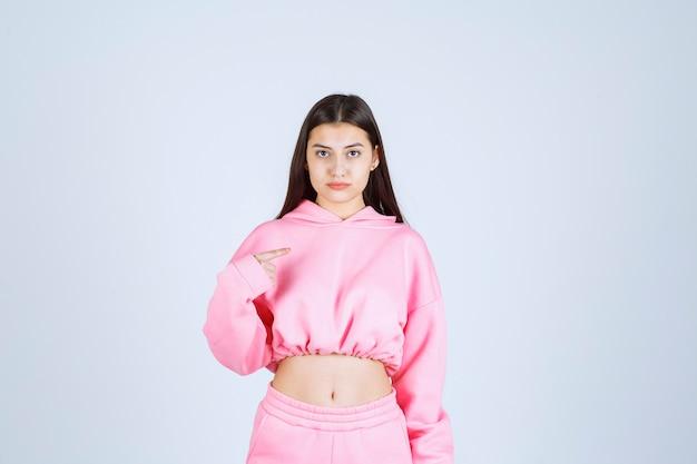 ピンクのパジャマを着た女の子は混乱していて経験が浅いようです