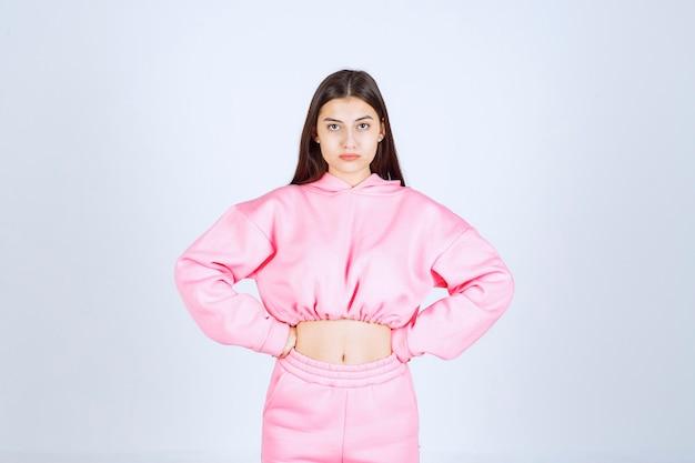 Девушка в розовой пижаме похожа на бойца и агрессивна