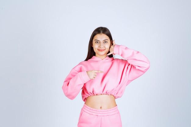 コールサインを作るピンクのパジャマの女の子
