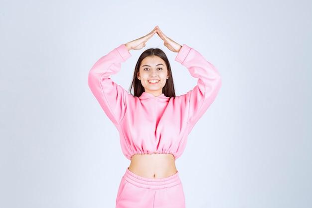彼女の笑顔を意味するピンクのパジャマの女の子