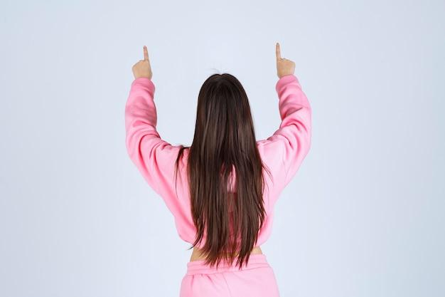 後ろ向きのピンクのパジャマの女の子