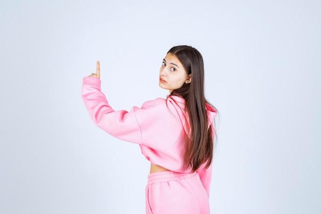 위로 분홍색 잠 옷에있는 여자