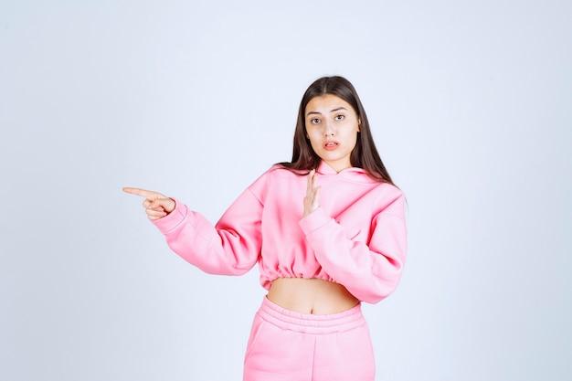 무언가 또는 누군가를 멈추는 분홍색 잠옷 소녀 무료 사진