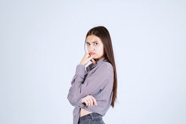 보라색 재킷을 입은 소녀는 진지하고 사려 깊습니다.