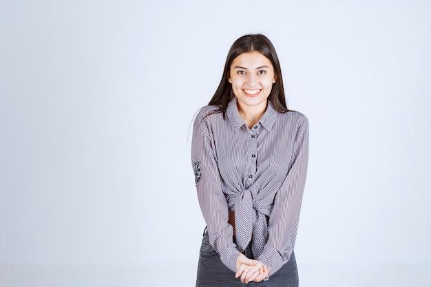 Девушка в фиолетовой рубашке выглядит застенчивой и сдержанной.