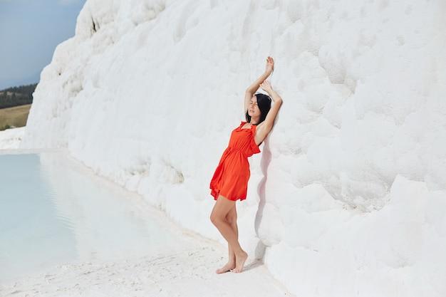 흰색 감상 할, 파묵칼레에 빨간 드레스 소녀