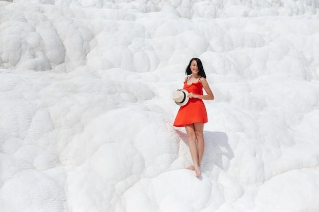 흰색 석회화, 파묵칼레에 빨간 드레스 소녀