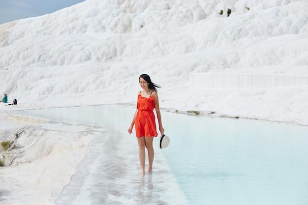 하얀 석회화, 물에 빨간 드레스를 입은 소녀