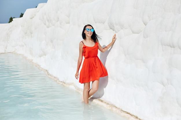 흰 석회화에 빨간 드레스를 입은 소녀