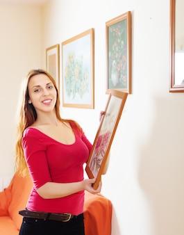 집에서 빨간색 교수형 사진 소녀