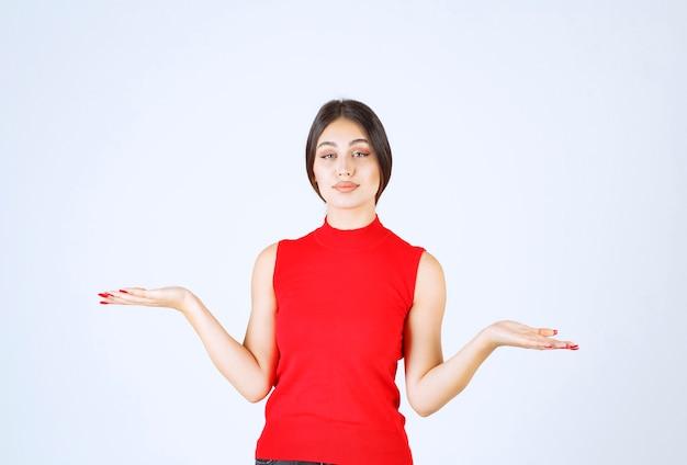 Девушка в красной рубашке дает прекрасные и соблазнительные позы. Бесплатные Фотографии
