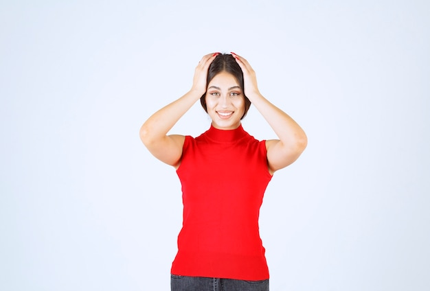 赤いシャツを着た女の子は、何か思いがけないことに驚いたようだ。