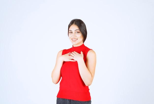 赤いシャツを着た女の子は、何か思いがけないことに驚いたようだ